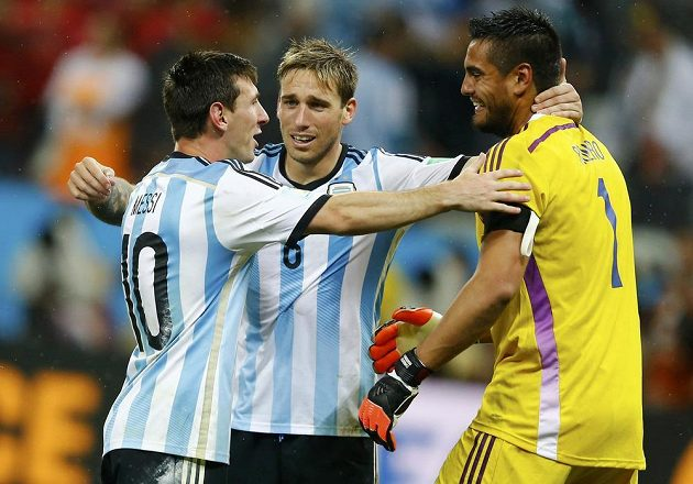 Argentinci slaví: zleva Lionel Messi, Lucas Biglia a Sergio Romero.