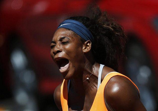 Serena Williamsová slaví vítězství nad Italkou Sarou Erraniovou.