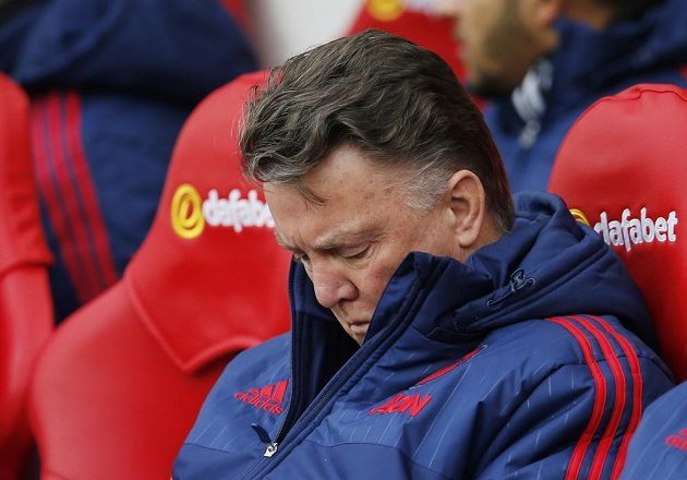 Zasmušilý trenér Manchesteru United Louis van Gaal během zápasu Premier League proti Sunderlandu.