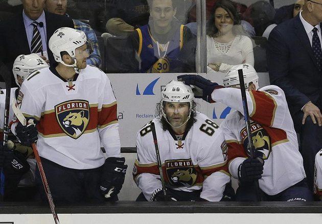 Jaromír Jágr (68) se spoluhráči poté, co v utkání v San Jose zaznamenal 1900. bod v NHL. Vpravo Colton Sceviour, vlevo Jonathan Huberdeau.