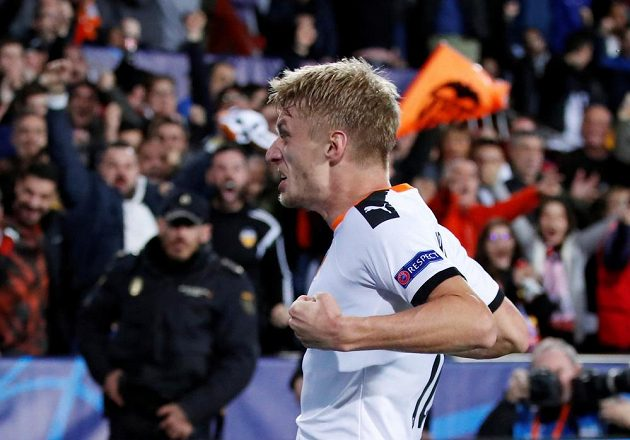 Fotbalista Valencie Daniel Wass oslavuje vyrovnávací branku proti Chelsea.