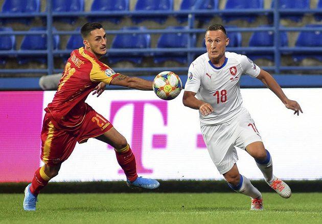 Jan Bořil bojuje o míč v kvalifikačním zápase proti Černé Hoře