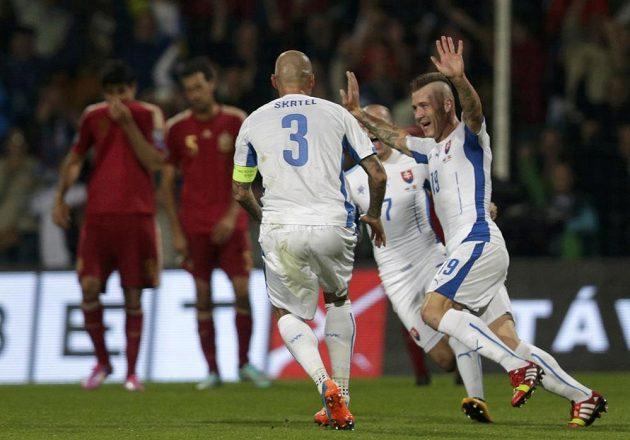 Juraj Kucka (vpravo) se raduje se spoluhráči ze Slovenska z branky, kterou vstřelil Španělsku.