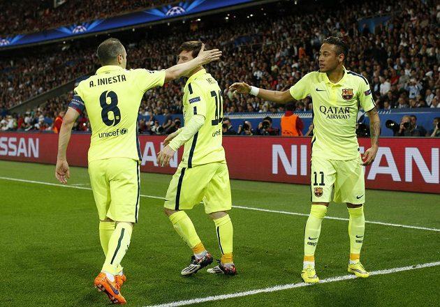Fotbalisté Barcelony Neymar (vpravo), Andrés Iniesta (vpravo) a Lionel Messi se radují z gólu, který vstřelil prvně jmenovaný do sítě PSG.