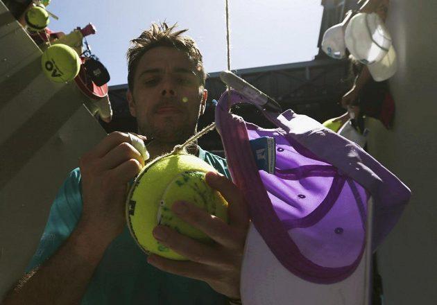 Stan Wawrinka dává autogramy nadšeným fanouškům na Australian Open.