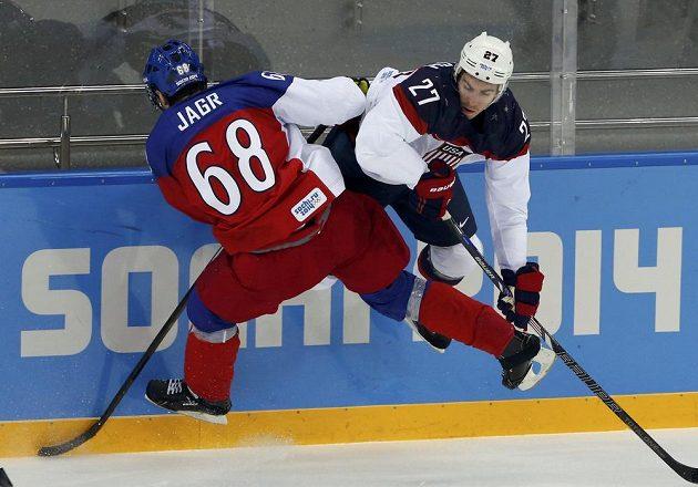 Jaromír Jágr v souboji s Američanem Ryanem McDonaghem.