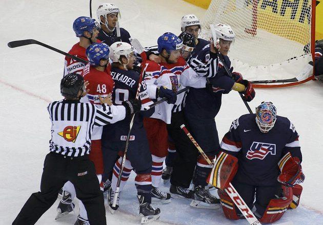 Tlačenice před brankou při čtvrtfinálovém utkání mezi Českou republikou a USA.