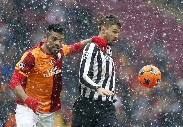 Vpravo útočník Staré dámy Fernando Llorente a Gokhan Zan z Galatasaraye Istanbul.