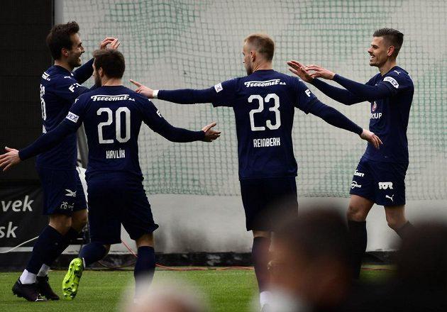 Hráči Slovácka oslavují úvodní gól proti Pardubicím