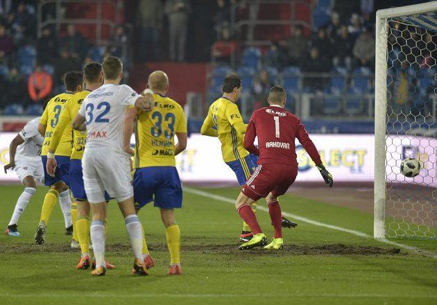 Brankář Zlína Matej Rakovan (vpravo) dostává první gólv duelu s Ostravou.