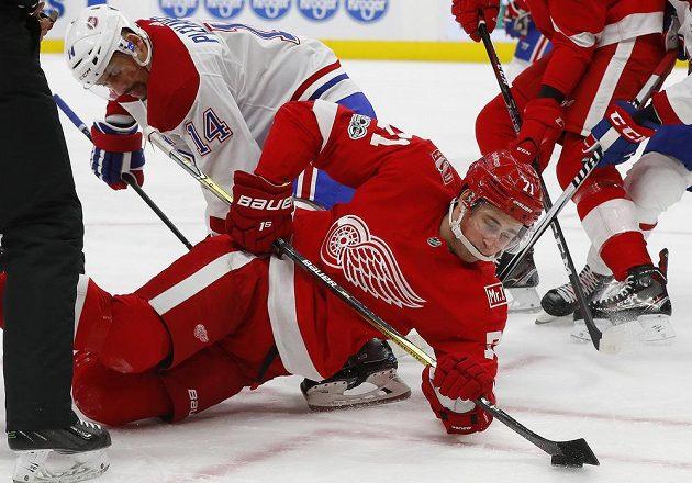 Tomáš Plekanec (14) z Montrealu bojuje po vhazování o puk s detroitským Dylanem Larkinem (71).