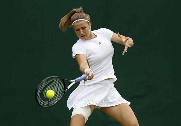 Tenistka Karolína Muchová porazila ve Wimbledonu Američanku Madison Brengleovou 6:3 , 6:4 a postupem do 3. kola vyrovnala své grandslamové maximum.