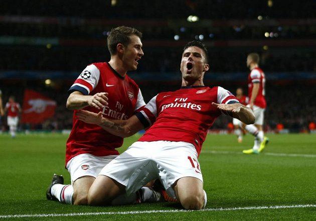 Olivier Giroud (vpravo) slaví svoji vyrovnávací trefu v duelu s Dortmundem. Blahopřeje mu spoluhráč z Arsenalu Aaron Ramsey.