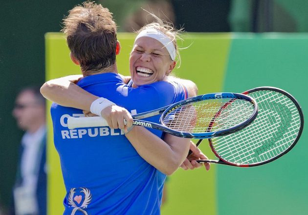 Radek Štěpánek a Lucie Hradecká se radují z vítězství nad Saniou Mirzaovou a Rohanem Bopannou z Indie.