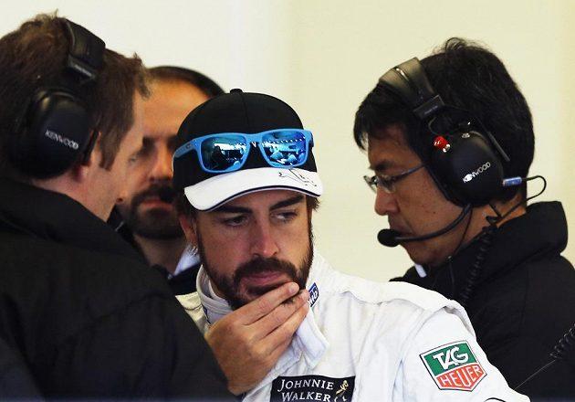 Že by starosti? Fernando Alonso začíná sezónu ve stáji McLaren.