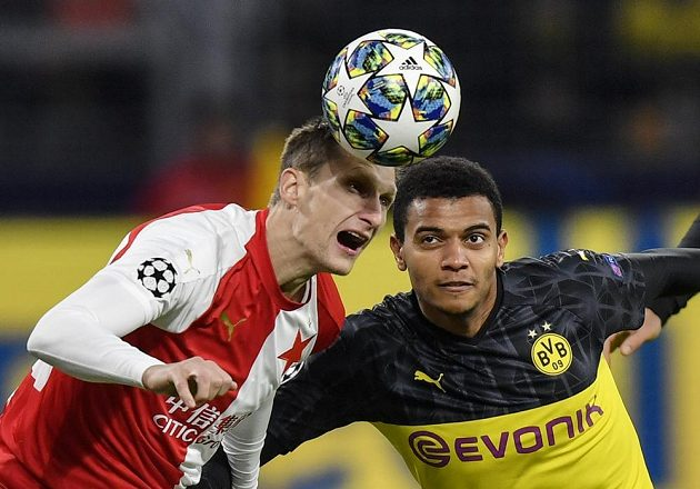 Kapitán Slavie Milan Škoda (vlevo) v hlavičkovém souboji s Manuelem Akanjim z Dortmundu.