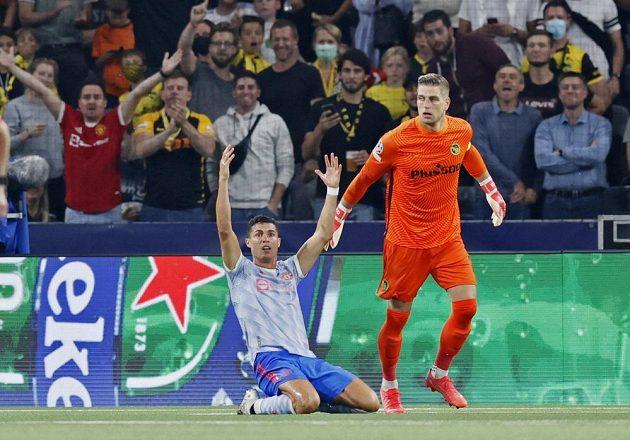Fotbalista Manchesteru United Cristiano Ronaldo (vlevo) se v zápase Ligy mistrů s Young Boys dožaduje odpískání penalty.
