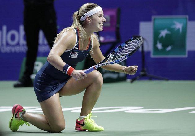 Slovenská tenistka Dominika Cibulková se raduje z vítězství nad Rumunkou Simonou Halepovou.