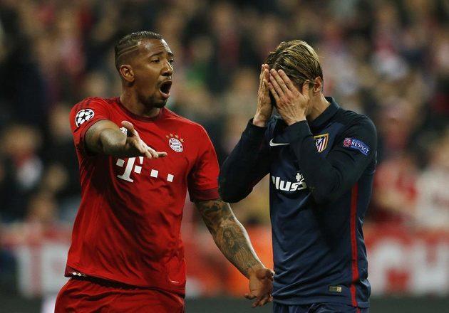 Fernando Torres skrývá tvář ve dlaních, vlevo je obránce Bayernu Jerome Boateng.