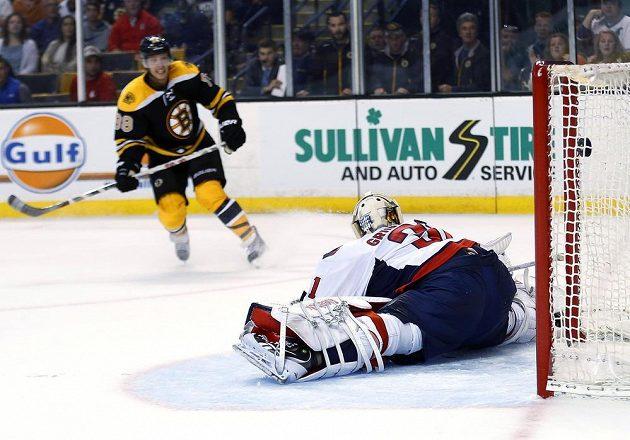 David Pastrňák překonává brankáře Philippa Grubauera z Washingtonu a v prodloužení zajišťuje výhru Bostonu.