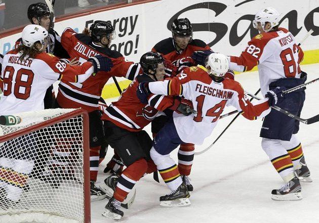 Emoce na konci utkání Devils s Panthers jiskřily. Na snímku to Fleischmann schytává od Henriquea