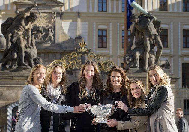 Tenistky (zleva) Lucie Hradecká, Denisa Allertová, Karolína Plíšková, Lucie Šafářová, Barbora Strýcová a Petra Kvitová zapózovaly před Pražským hradem s pohárem pro vítězky Fed Cupu.