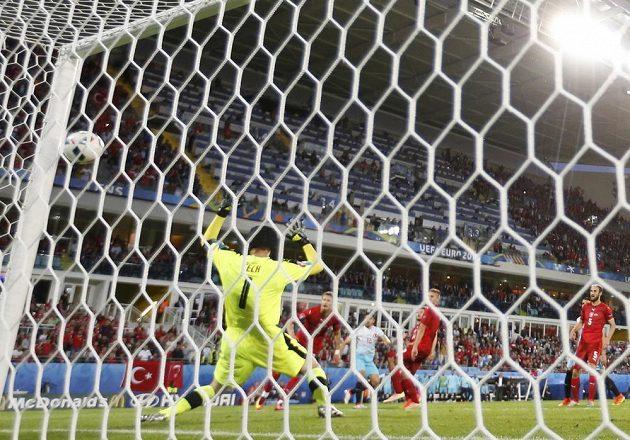 Petr Čech inkasuje od Turků druhý gól.