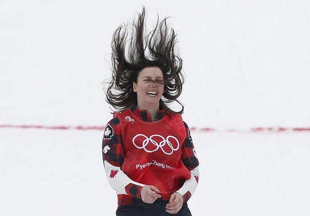 Zlatá radost. Kanaďanka Kelsey Serwaová vyhrála závod skikrosařek.