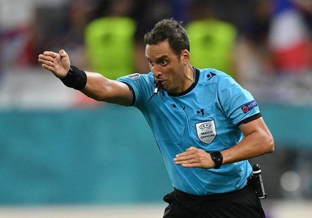 Penalta! ukazuje gestem rozhodčí Fernando Rapallini. Jenomže Švýcaři ji neproměnili a Francouzi zápas otočili.