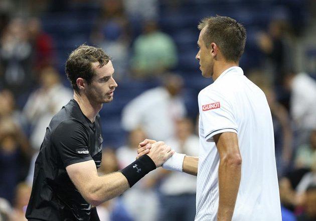 Andy Murray (vlevo) zdolal Lukáše Rosola ve třech setech.