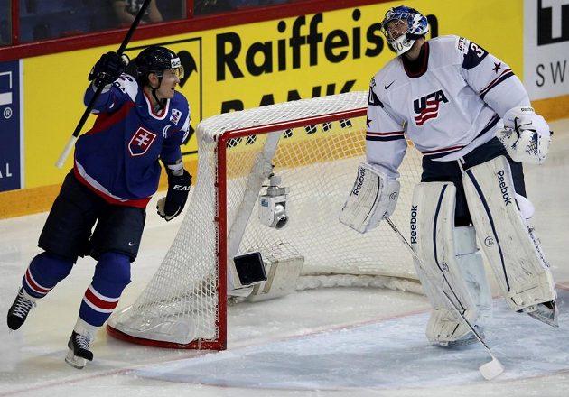 Slovenský útočník Tomáš Kopecký (vlevo) se raduje z gólu proti USA, který vstřelil Branko Radivojevič (není na snímku)
