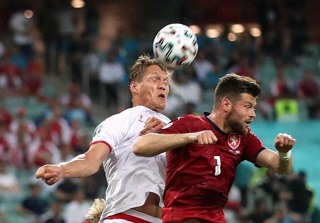 Český obránce Ondřej Čelůstka ve vzdušném souboji s Dánem Jannikem Vestergaardem během čtvrtfinále EURO.