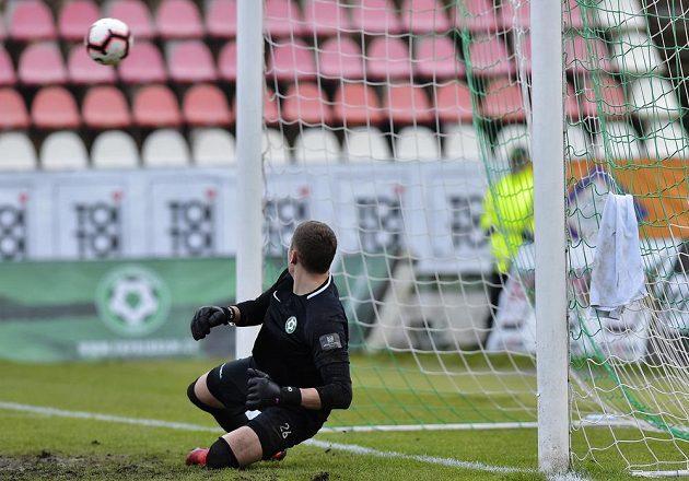 Brankář Příbrami Ondřej Kočí dostává branku z penalty.