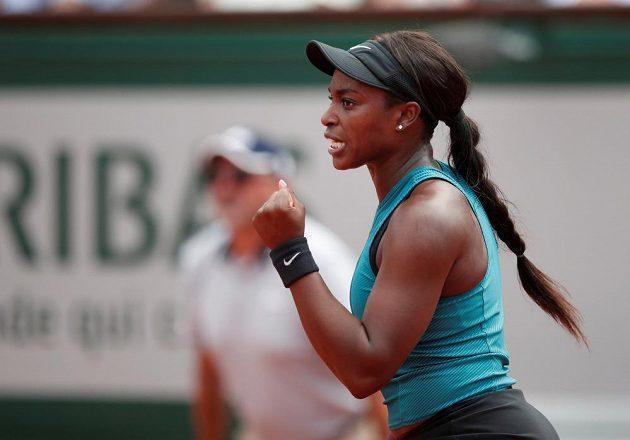 Vítězné gesto Američanky Sloane Stephensové během finále French Open.