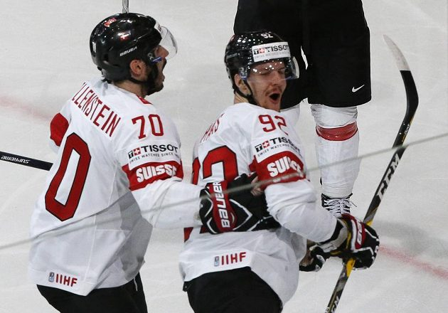 Švýcarský hokejista Gaetan Haas se raduje po gólu ve švédské síti.