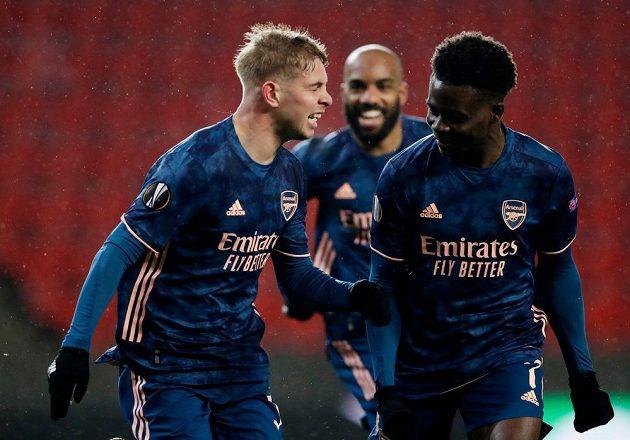 Emile Smith Rowe z Arsenalu se raduje, ale jeho gól ještě neplatil.