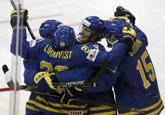 Švédský hokejista Joel Lundqvist (druhý zleva) slaví se spoluhráči gól proti České republice na MS v Praze.