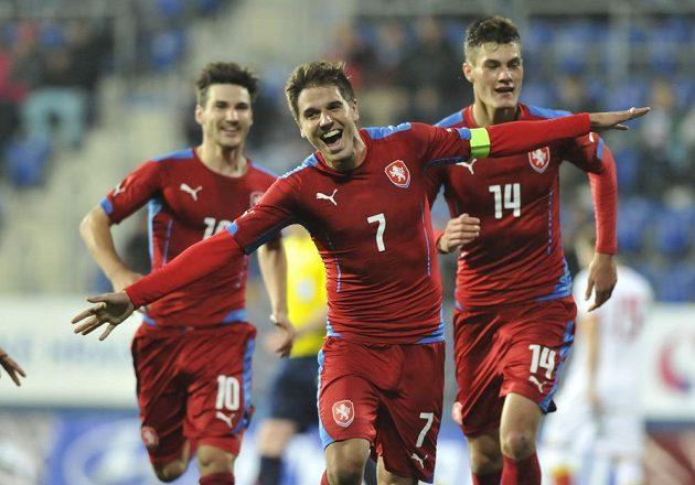Čeští fotbalisté do 21 let slaví gól proti Černé Hoře. Zleva Michal Trávník, střelec branky Aleš Čermák a Patrik Schick.