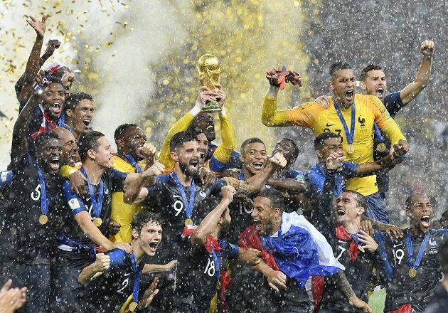 Francouzští fotbalisté na vrcholu blaha! Pohár třímá v rukou gólman Hugo Lloris.