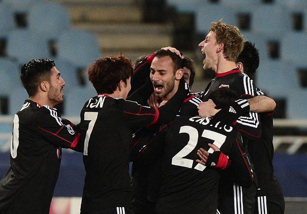 Fotbalisté Bayeru Leverkusen se radují po brance do sítě San Sebastian.