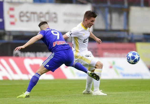 Milan Lalkovič z Olomouce a Libor Holík ze Zlína v akci během odvetného utkání semifinále skupiny o Evropu v nejvyšší fotbalové soutěži.