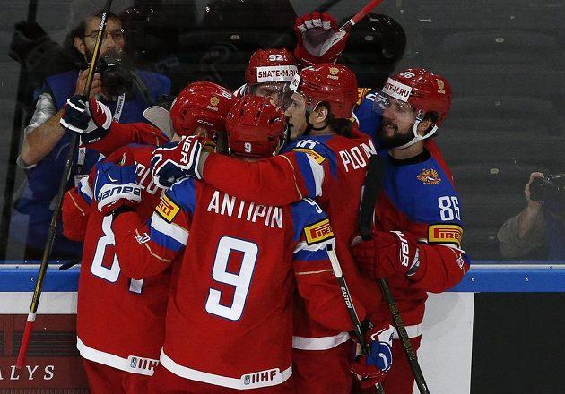 Radost ruského týmu po úvodním gólu Dmitrije Orlova ve čtvrtfinále proti ČR. Sborná postoupila do bojů o medaile.