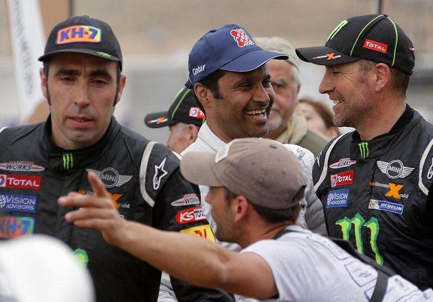 Španěl Nani Roma (vlevo), Francouz Stephané Peterhansel (vpravo) a Katařan Nasser Al-Attíja (uprostřed) v cíli Rallye Dakar v chilském městě Valparaiso.