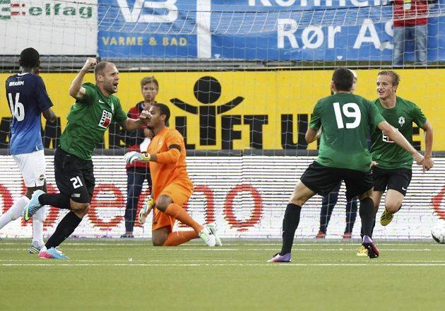 Jablonecký Michal Hubnik (druhý zleva) slaví gól do sítě Strömsgodsetu v odvetě 3. předkola Evropské ligy v Drammenu.