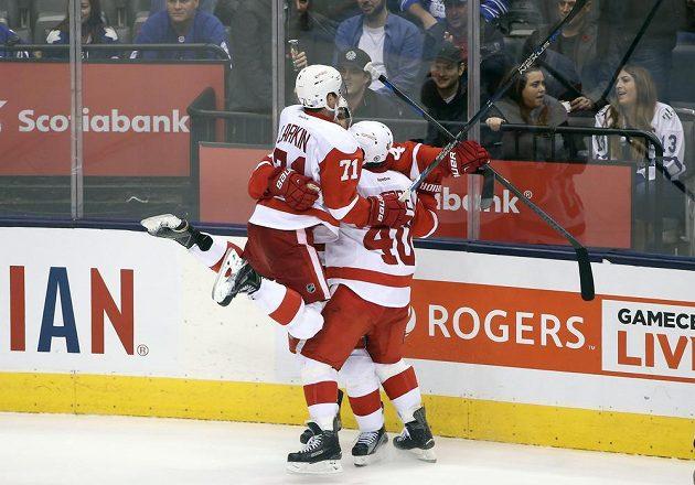 Radost hokejistů Detroitu Red Wings z rozhodující branky Jakuba Kindla (4) v zápase proti Torontu Maple Leafs.