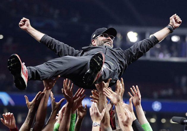 Trenér Liverpoolu Jürgen Klopp se proletěl pro triumfu ve finále Ligy mistrů nad hlavami hráčů.