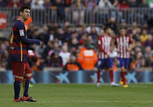 Kolik času ještě zbývá? Lionel Messi krátce po vedoucí trefě Atlétika Madrid.