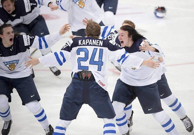 Finští hokejisté slaví vítězství ve finále MS do dvaceti let. Kasperi Kapanen (uprostřed) vstřelil vítězný gól v prodloužení.