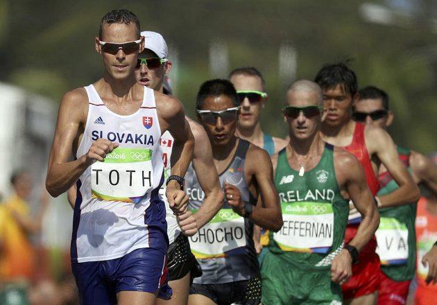 Slovenský chodec Matej Tóth během olympijského závodu na 50 kilometrů.