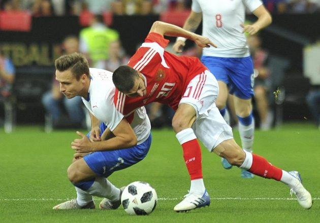 Stanislav Tecl (vlevo) a Rus Aleksej Ionov při souboji v přátelském utkání v Rostově.